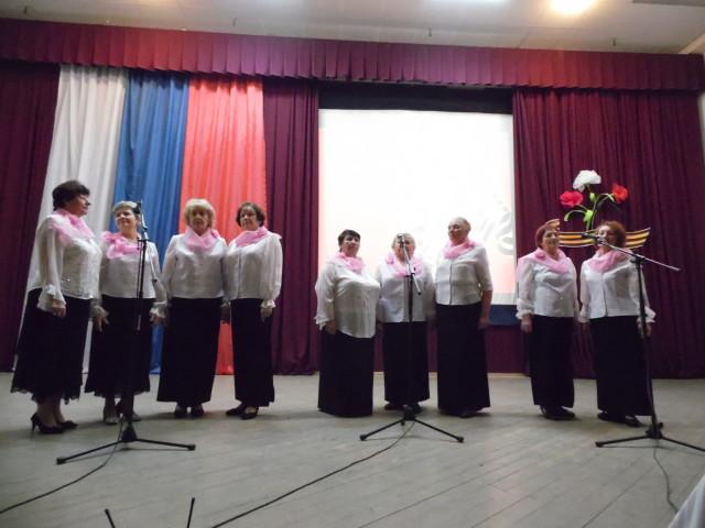 на сцене вокальная группа хора ветеранов Росток